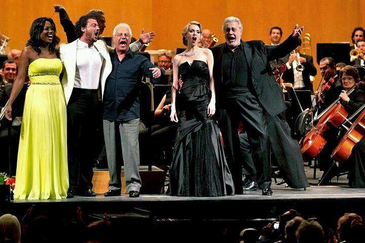 Angel Blue, Vittorio Grigolo, Eugene Kohn, Pepe Romero, Micaëla Oeste, Plácido Domingo şi Orchestra Filarmonică din Málaga (mă văd şi eu la stînga lui Angel)